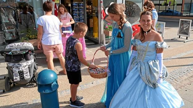 Smukke prinsesser var med til at skabe eventyrstemning i strøggaderne.