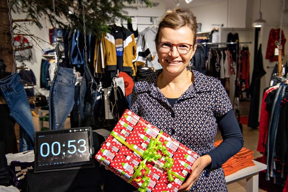 Med butiksejer Maja Albrechtsen ved indpakningsbordet fik Børneshoppen en 3. plads.Foto: Kim Dahl Hansen Foto: Kim Dahl Hansen