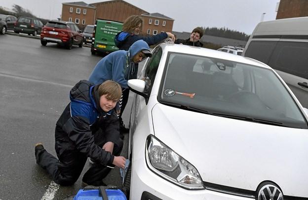 Bilvaskeholdet havde det varme tøj på. Som et skulderklap kom elever med varm kakao til dem undervejs. Foto: Ole Iversen Ole Iversen