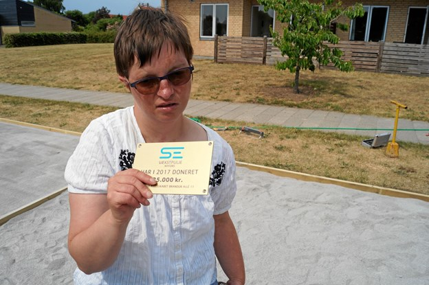Helene Bundgaard med dokumentationen for pengene til banen.