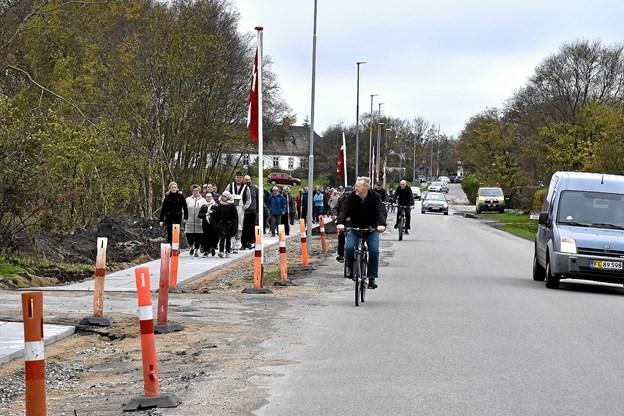 Ingen fodgængere mere på kørebanen i Østerild - mellem by og købmand.