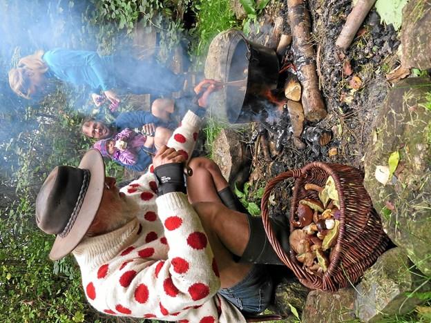 Der blev lavet svampestuvning over bål. Foto: Privat