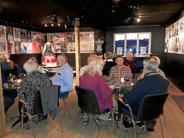 """Medlemmerne af Ældre Sagen får et lille glas efter forestillingen """"De syv slags dråber"""" på Himmerlands Teater.  Privatfoto"""