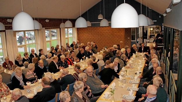 Der var hyggesnak ved bordene før Søren Gade fik ordet. Foto: Hans B. Henriksen Hans B. Henriksen
