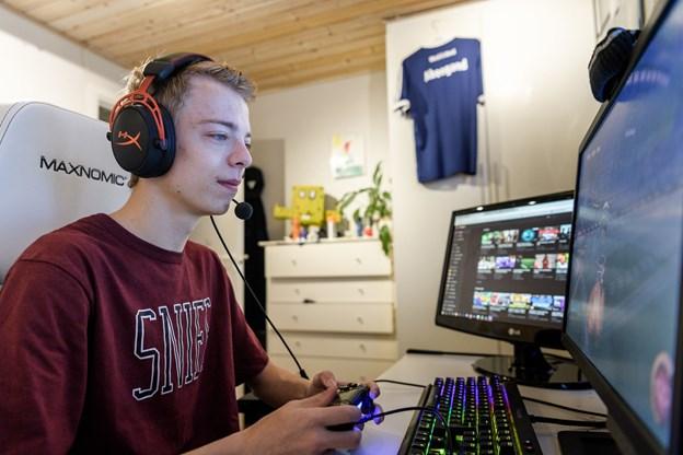 Jeppe Skou Nielsen træner hjemme hos sig selv og taler med sine venner gennem skærmene - sådan har han mødt nogle af sine bedste venner.