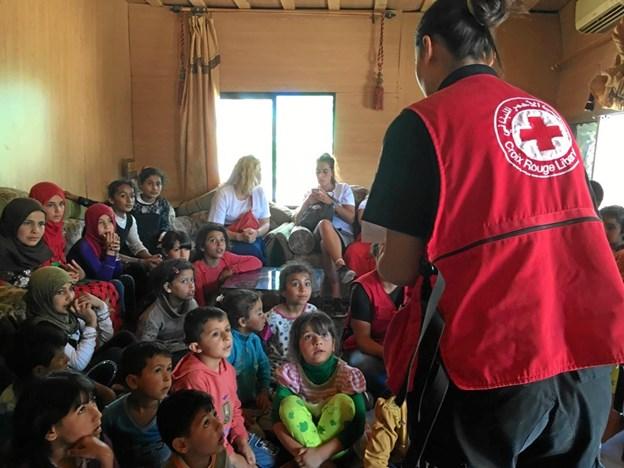 Røde Kors laver aktiviteter for børnene i flygtningelejren og står Malene Andersen sammen med de frivillige.Privatfoto