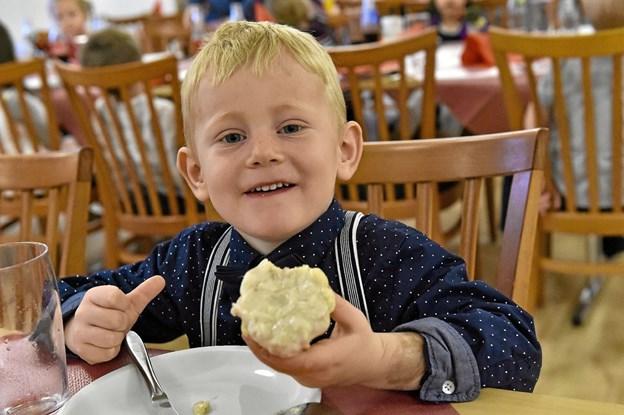 Emil fandt ud af at han elskede tarteletter. Ikke mindst da han fik lidt hjælp til at få spist den skallede ret. Foto: Ole Iversen