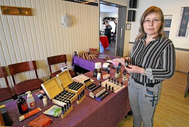 Jane Hvass fra Ørsø havde arrangeret messen og deltog selv med en stand, hvor hun solgte æteriske olier. Foto: Jørgen Ingvardsen