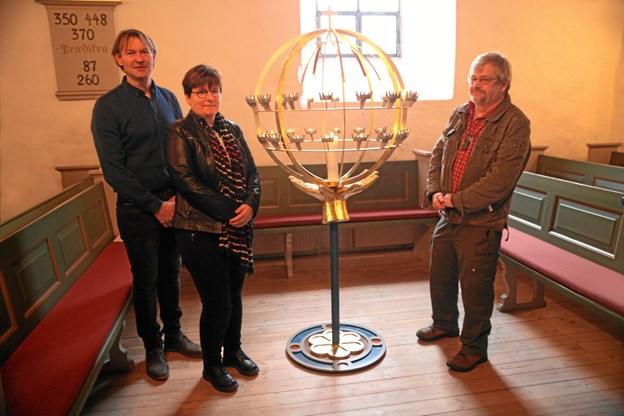 Claus Gjedsig (th), der er født og opvokset i Brønderslev, har designet lysgloben til Borbjerg Kirke i tæt samarbejde med kunstnerne Jens Jørgen Steffensen og Clara Lundby. Foto: Kaj Yesterday Nielsen