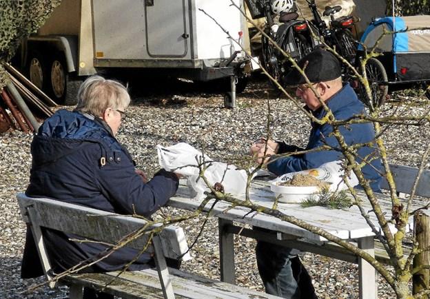 Næsten forårsagtigt vejr var lørdag med til at trække mange mennesker til bazaren i Skelund, og nogle nød frokosten udendørs. Foto: Ejlif Rasmussen Ejlif Rasmussen