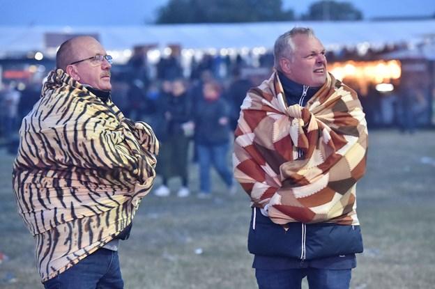 Nogle frøs i T-shirts og shorts. Disse to gutter fryser med mors tæpper. Foto: Ole Iversen