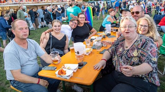 Hygge ved bordene. Foto: Peter Broen