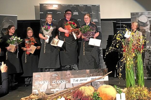 Nana Bloch på podiet. Til højre enken efter Herman Salling, Karin Salling, overrakte præmierne til de stolte elever. Privatfoto Ole Iversen