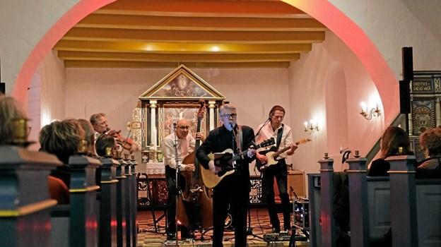 """Lyset i kirken skiftede alt efter sangens stemning. Det røde lys passer til """"Ring Of Fire"""". Foto: Niels Helver Niels Helver"""