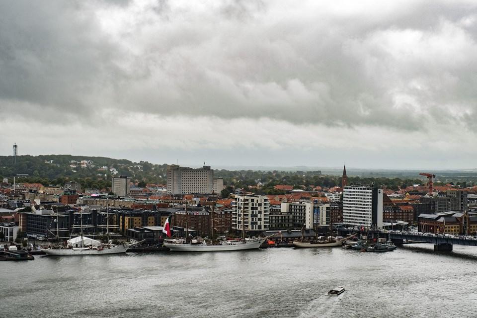 Sådan her var vejret i begyndelsen - mørke skyer over The Tall Ships Races 2019. Foto: Lasse Sand