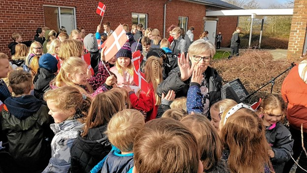 """Mange elever nåede at give deres skoleleder en """"high five"""" til afsked. Foto: Karl Erik Hansen Karl Erik Hansen"""