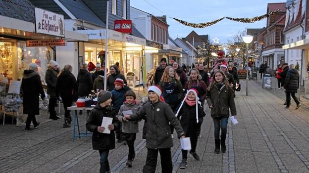 Mange begyndte at vise sig i gågaden. Her er det FDF'ere på vej til Konditorpladsen hvor lyset skulle tændes på juletræet. Foto: Hans B. Henriksen Hans B. Henriksen