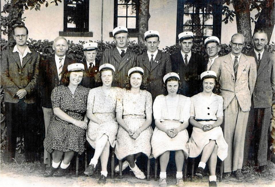 Det første hold, som bestod præliminæreksamen fra Brovst Private Realskole, med lærerne. Det er fra 1945, og året før havde alle 10 bestået oprykningsprøverne fra 1. til 2. klasse, selv om de ikke havde gået på forberedelseskursus i matematik, engelsk og tysk. Ejgil