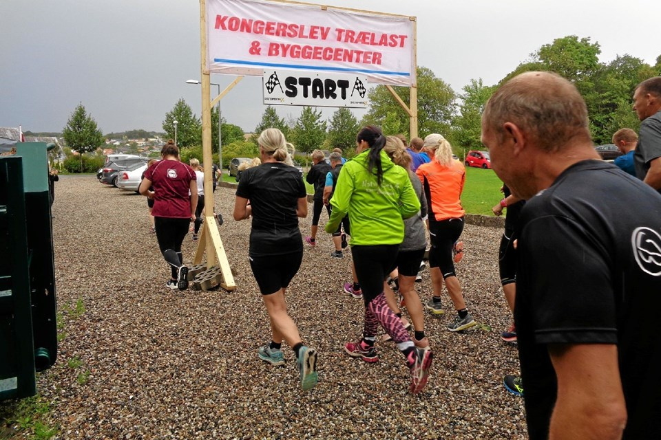 Så er starten på både motionsløbet samt årets byfest i Kongerslev gået og vejret bidrog i samme øjeblik med eftermiddagens første solstrejf. Foto: Kjeld Mølbæk Kjeld Mølbæk