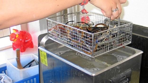 Elever på produktionsskoler sorterer brillerne, renser og måler dem op. Privatfoto