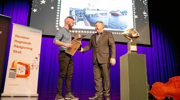 Lars Sørensen får overrakt Iværksætterprisen af Karl Erik Slynge, formand for Frederikshavn Erhvervsråd.