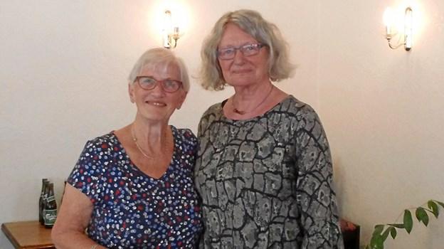 Trine Svestad (tv) var dagens ordstyrer og ses her sammen med Herdis Lau Nielsen, formand for projekt »Kunsten i Han Herred«, der er aktuel med en udstilling om Svinkløvmalerne i Fjerritslev Kirkecenter.