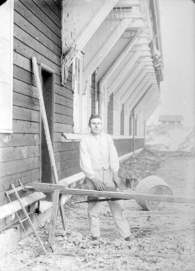 Bygmester J.P. Thommesen fra Levring fik i februar 1899 overdraget entreprisen med opførelsen af Skagens Badehotel for en pris af 70.000 kr. Hotellet skulle bygges udelukkende af træ og stå klart til den kommende badesæson, så bygmesteren fik travlt med at støvsuge Jylland for tømrere og snedkere. LOKALHISTORISK ARKIV SKAGEN