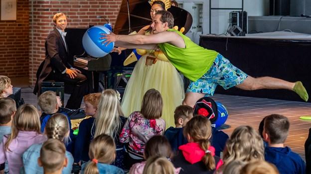 Fredag formiddag var der fornemt besøg i Fjerritslev: Tre ansatte fra Det Kongelige Teater kiggede nemlig forbi byens gymnasium, hvor de optrådte for en række elever fra kommunens 3. klasser.