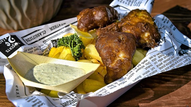 Hanstholm Fish and Chips har valgt helt at lave deres egen version af den populære engelske ret. Med store stykker kuller i stedet for lange tynde stykker, en hjemmelavet tartarsauce og rustikke pommes. Foto: Ole Iversen Ole Iversen