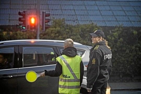 Poltiet vil kontrollere bilisterne fart og cyklisternes lys her i vintermørket.