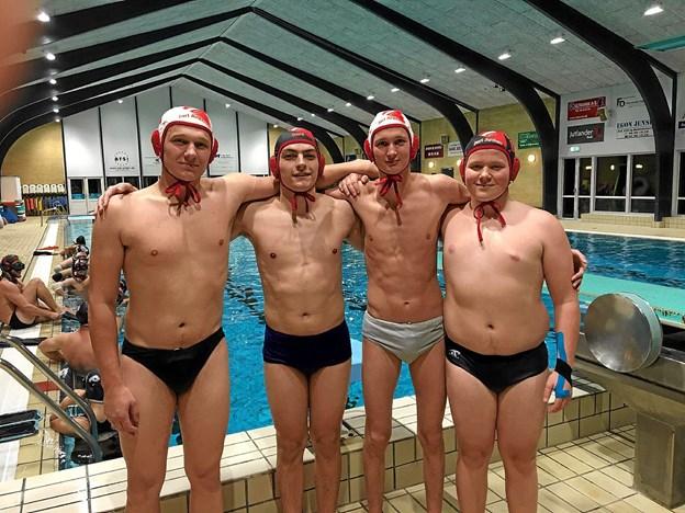 Fire af de fem, der skal repræsentere Danmark ved U-21 verdensmesterskaberne i undervandsrugby. Fra venstre: Karl Primdahl, Victor Doré, Oliver Skjoldborg og Lucas Pedersen. Emil Christensen er fraværende. Foto: Privat