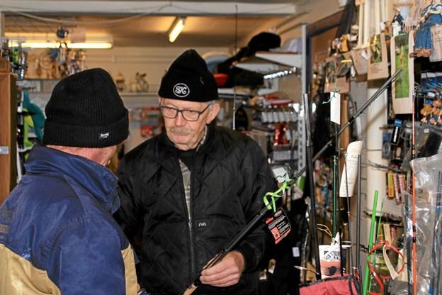 Der var mange ting at kikke på. Her er det Jørgen Jensen fra Lyngs der måske fristes af nyt fiskegrej. Foto: Hans B. Henriksen Hans B. Henriksen