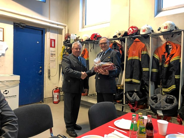Svend Erik Gersbøll til højre stopper efter 30 år som brandmand. Privatfoto