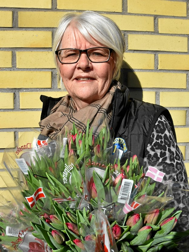 Pia Bendixen fra Lions Brunhilde klar med tulipan buketter.Privatfoto