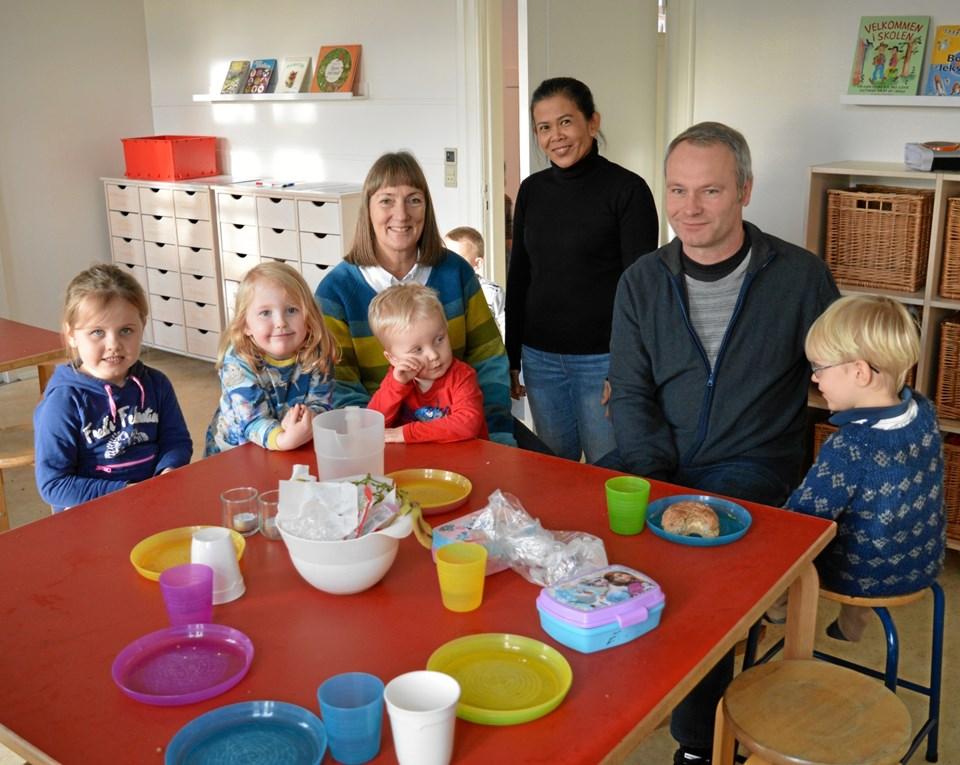 Lise Lotte Laugesen (tv), daglig leder i den nye børnehave, er utrolig glad for den store opbakning hele byen har udvist fra starten, selv den lokale maler har bidraget med at male lokalerne i lyse, venlige farver og endda leveret malingen. Foto: hhr-freelance.dk