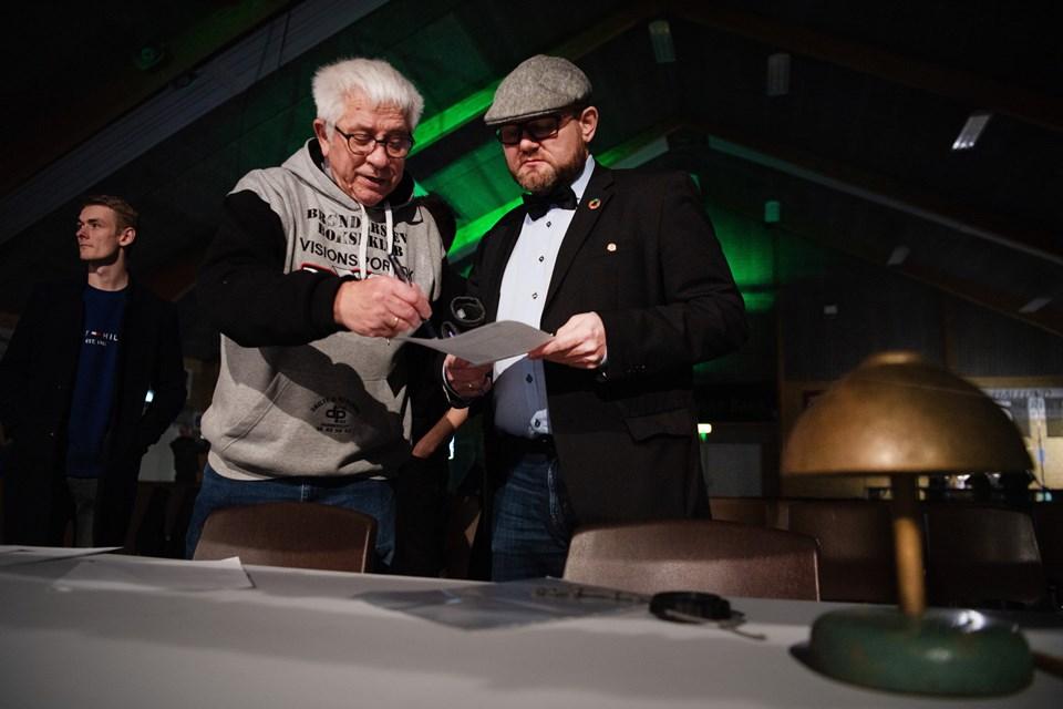 Erik Thrane, formand for Brønderslev Bokseklub, briefede konferencier Lars Bisgaard Andreasen inden aftenens kampe.Foto: Hans Ravn HANS RAVN
