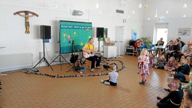 Michael Back underholdt ved dåbsfesten i Gistrup kirke forleden. Foto: Kjeld Mølbæk