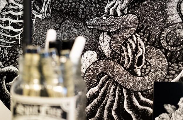 Når Simon Gardarsson tager hul på et nyt billede, tegner han kanterne af de større elementer op med blyant og begynder så dernæst det langsommelige prikkearbejde. LASSE SAND Lasse Sand