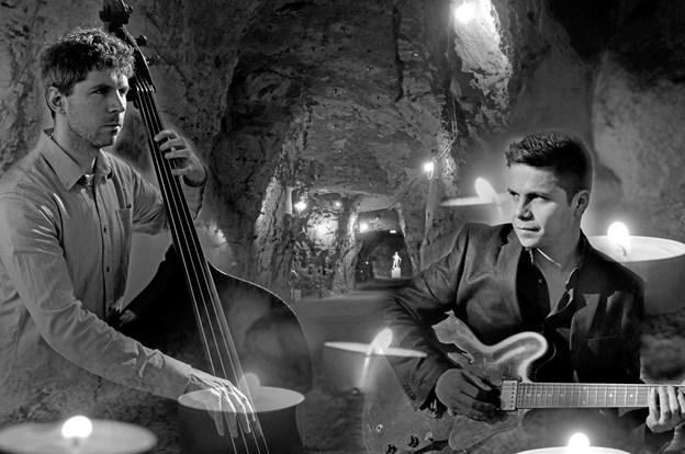 Thomas Munk-Petersen (tv) og Salvador Olmos leverer musikken ved den intime brevskrivningskoncert i Thingbæk Kalkminer. PR-foto