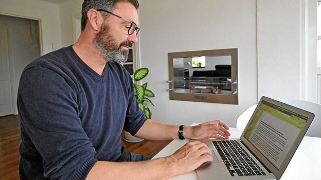 Direktør Henrik Toftgaard ved sin computer i hjemmet i Rævdalstoften i Dronninglund. Foto: Jørgen Ingvardsen Jørgen Ingvardsen