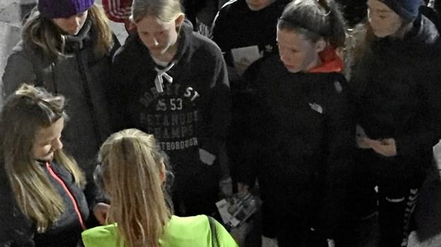 Frederikke Thøgersen er i gang med autografskrivning, med flere FIF piger omkring sig.Privatfoto