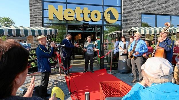 Butikschef Hanne Mørch har klippet den røde snor – Netto version 3.0 er åbnet.