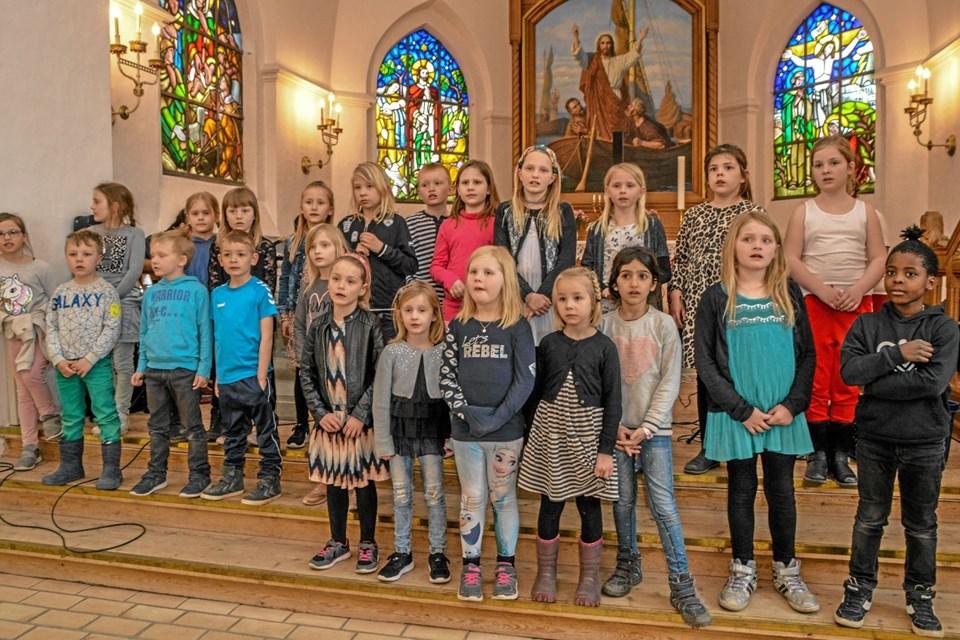 Et af børnekorene, som sang i Løgstør Kirke til forårskoncerten. Foto: Mogens Lynge