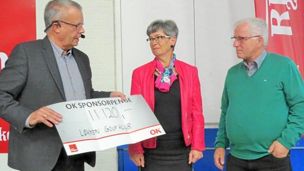 Formanden kunne uddele sponsorcheck til blandt andre Løkken Golfklub repræsenteret ved Gitte og Jens Møller Nielsen. Foto: Kirsten Olsen Kirsten Olsen