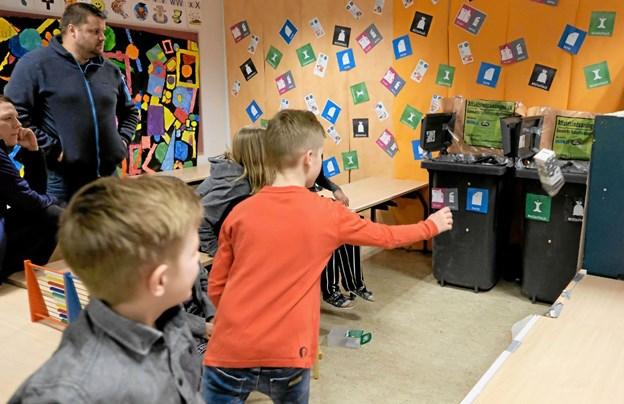 Skraldekast var et populært indslag til skolefesten. Børn og voksne kunne prøve at kaste forskellige slags affald ned i de rigtige beholdere. Foto: Niels Helver