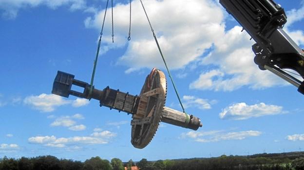 Frit svævende er den nyrenoverede aksel på vej til den nye møllehat. Foto: Ove Knudsen