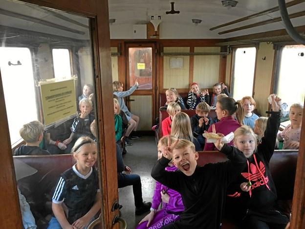 Elever fra Mariager Skole kørte med veterantog på skolernes motionsdag. De fik dog også lov til at røre sig, da toget satte dem af med enten fem eller ti kilometers afstand til skolen, så de kunne gå. Privatfoto
