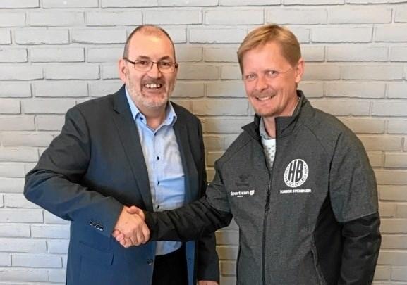 Torben Svendsen (th) gav håndtryk til Jørgen Myrup på den flotte donation. Foto: Pirvat. $ID/NormalParagraphStyle: