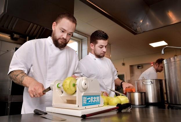 Som kolleger har Thomas Guldhammer Karlsen (t. v.) og Mikkel Espensen arbejdet i køkkenet sammen i fem år. Nu styrer de to gourmetmaden hos Hotel Bramslevgaard. Foto: Torben Hansen