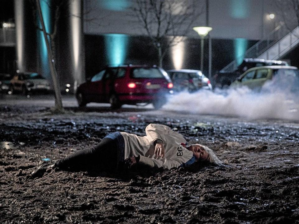 En ung pige overdoserer på kokain og efterlades i mudderet i åbningsscenen.